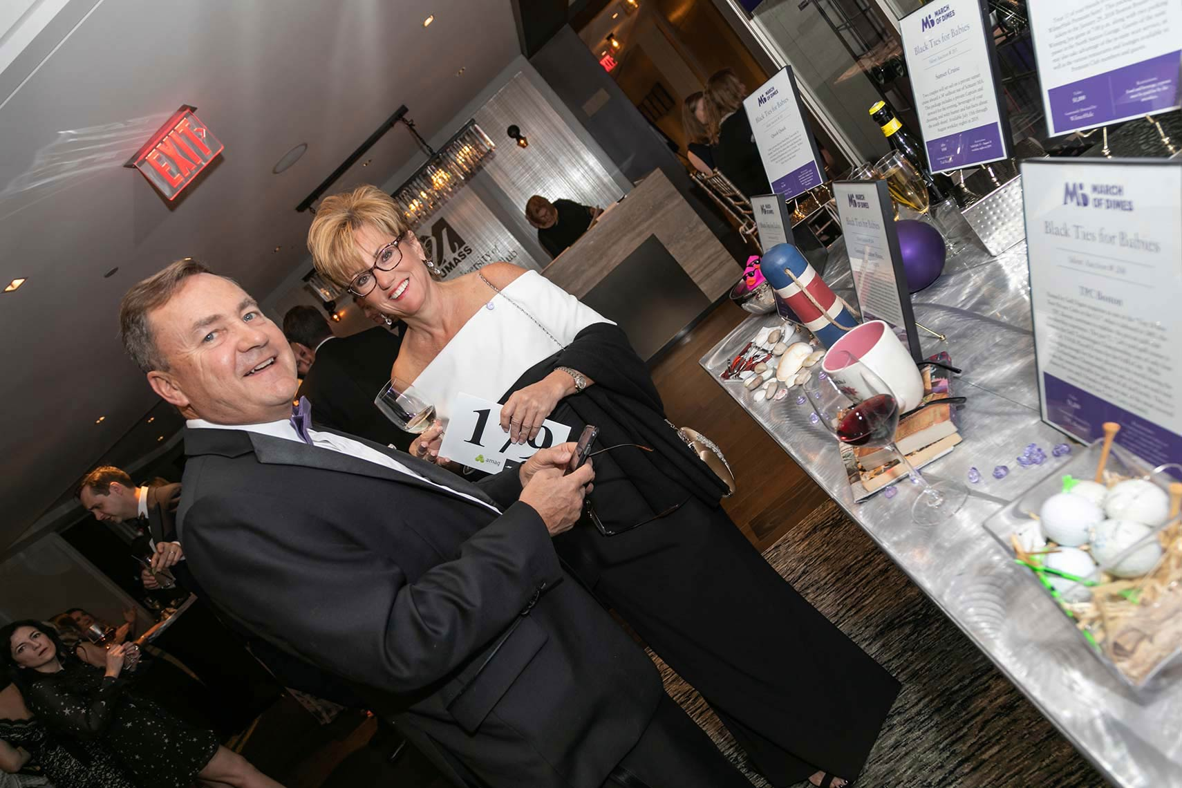 018-A-couple-of-event-attendies-by-the-auction-item-table-at-the-March-of-Dimes-fundraising-gala